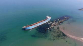 Karaya oturan gemiden sızan yağ çevre kirliliğine neden oldu