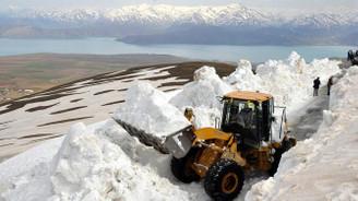 Nemrut Dağı eteğinde karla mücadele