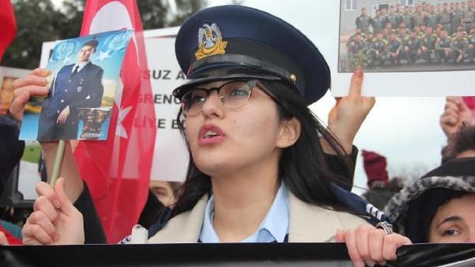Hava Okulu önünde protesto