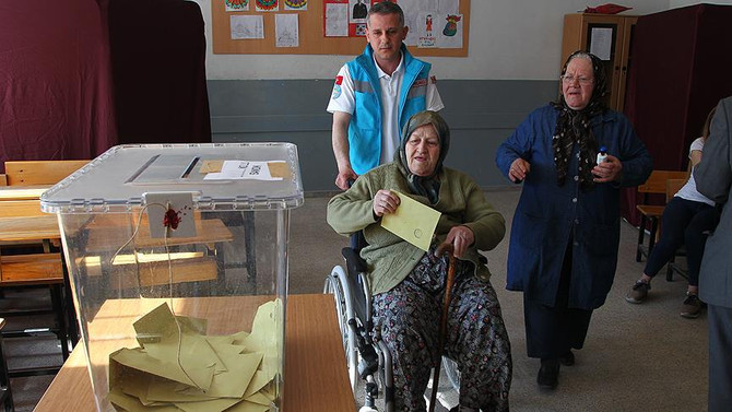 Hasta ve yaşlı vatandaşlar sağlık ekiplerinin yardımıyla sandığa gitti
