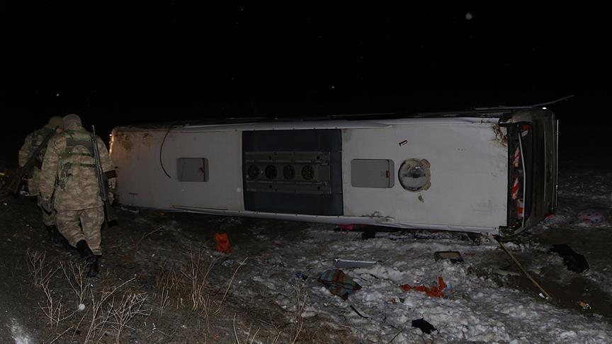 Sivas'ta yolcu otobüsü devrildi: 34 yaralı