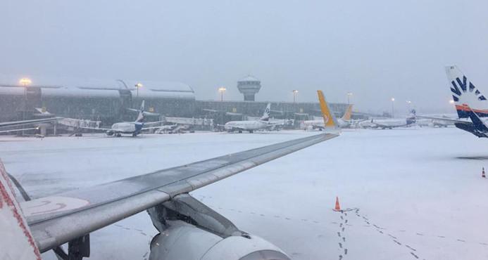İzmir'de uçak seferlerine kar engeli