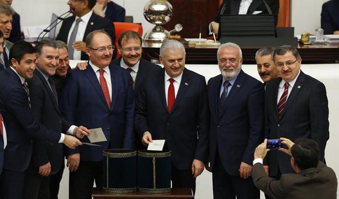 Anayasa değişiklik teklifinin 1. ve 2. maddeleri kabul edildi