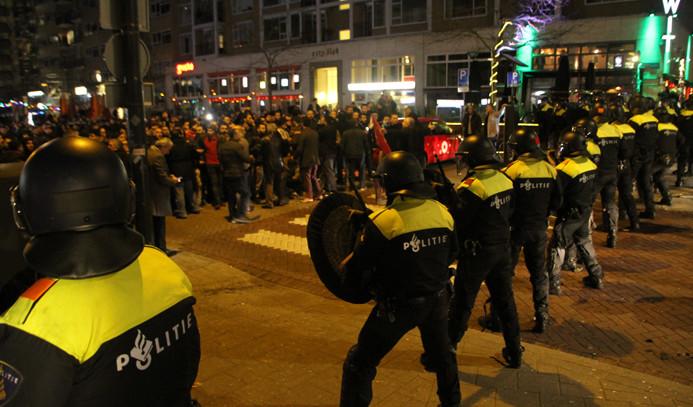 Hollanda polisi protestoculara müdahale etti