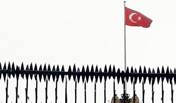 Konsolosluğa Türk bayrağı asıldı