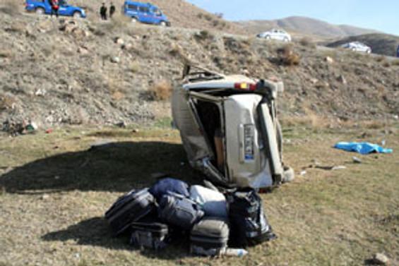 Erzincan'da  minibüs şarampole yuvarlandı
