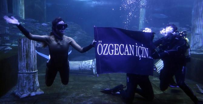 Su altında 8 Mart mesajı