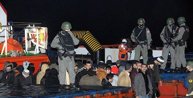 Kaçak göçmen taşıyan gemiye operasyon