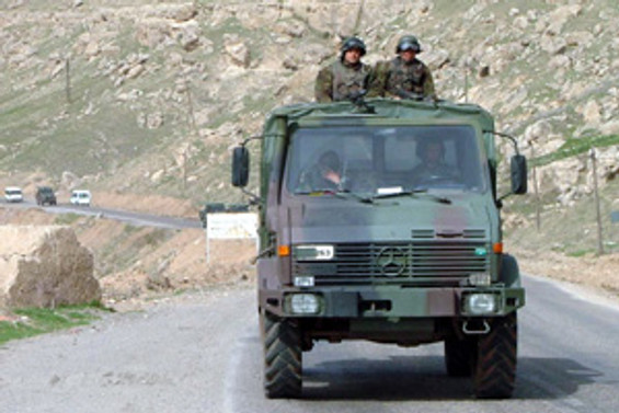 Hakkari'de askeri konvoya ateş açıldı