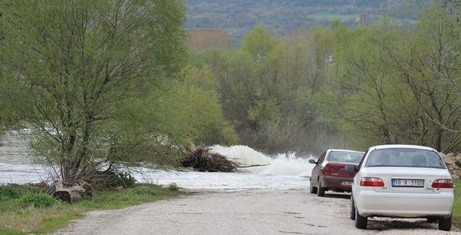 Manyas Barajı doldu, kapakları açıldı