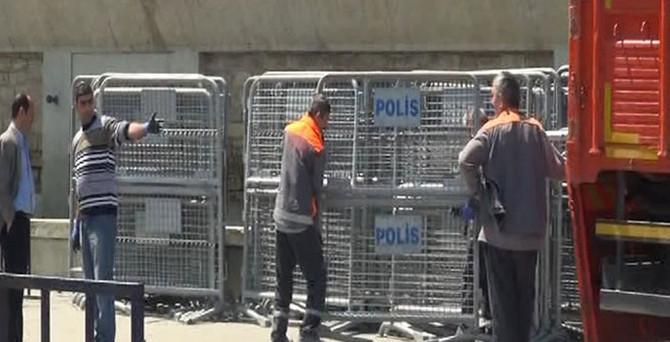 Taksim Meydanı'na polis barikatları getirildi