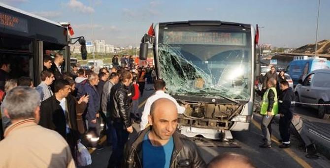 Metrobüs yolunda kaza: Trafik felç oldu