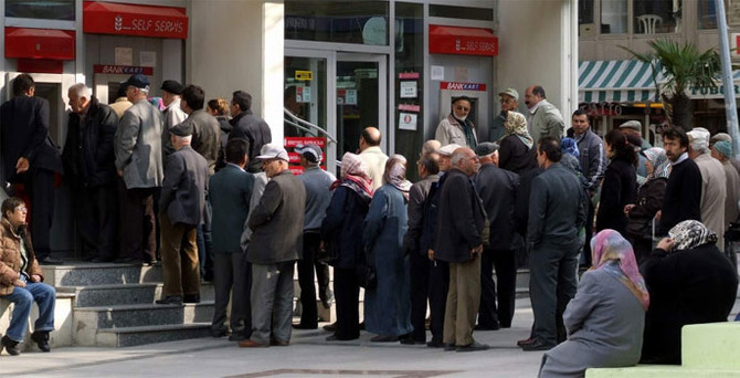 Emeklilere 100 TL zam komisyondan geçti