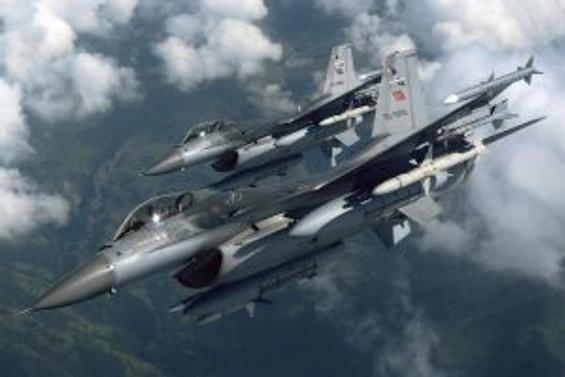Yunanistan'da iki F-16 savaş uçağı havada çarpıştı
