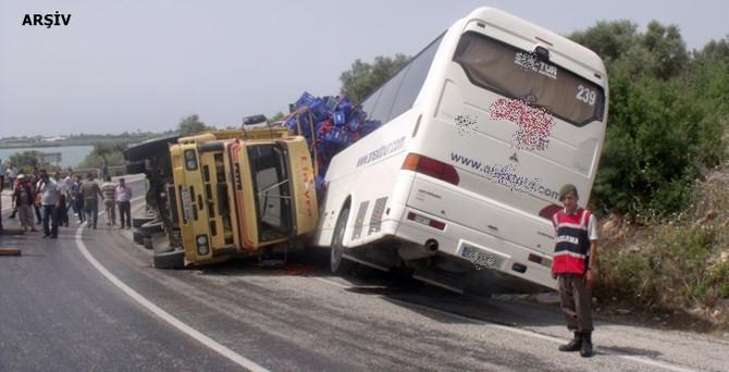 Turistleri taşıyan otobüs devrildi: 1 ölü