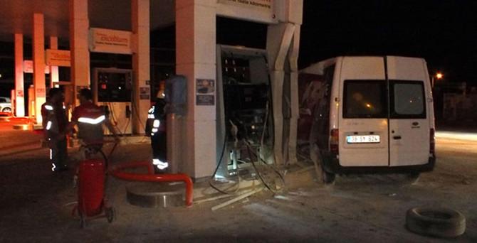 Faciaya kıl payı: Minibüs akaryakıt istasyonuna daldı