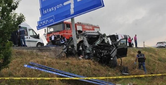 Trafik levhasına çarpan cipte 4 kişi öldü