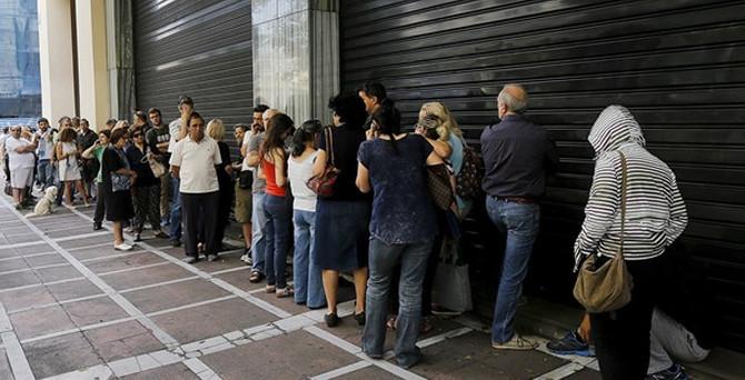 Yunanlılar bankamatiklere hücum etti