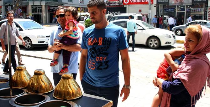 "İranlı turistler Van'a ""can suyu"" oldu"