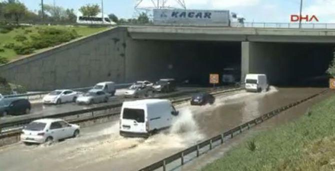 TEM'i su bastı, trafik kilitlendi
