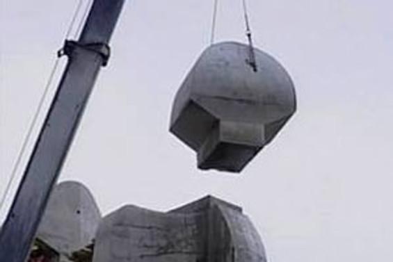 İnsanlık Anıtı'nın başı kesildi
