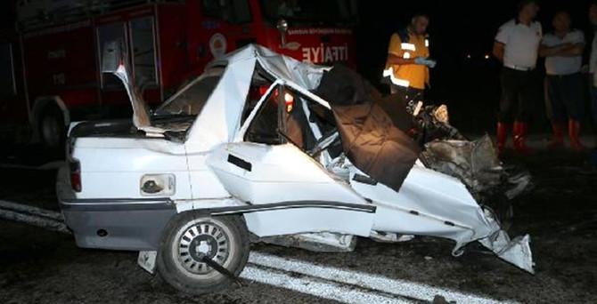 TIR ile otomobil çarpıştı: 2 ölü, 1 yaralı