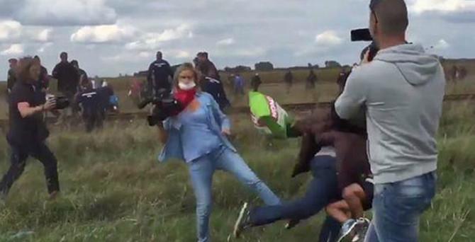 Muhabir çocuklu sığınmacıya tekme attı