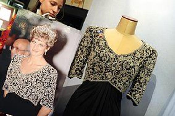 Prenses Diana'nın elbiseleri 276 bin dolara satıldı