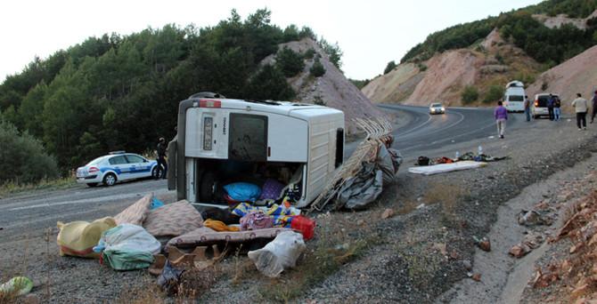 İki minibüs çarpıştı: 1 ölü, 17 yaralı!