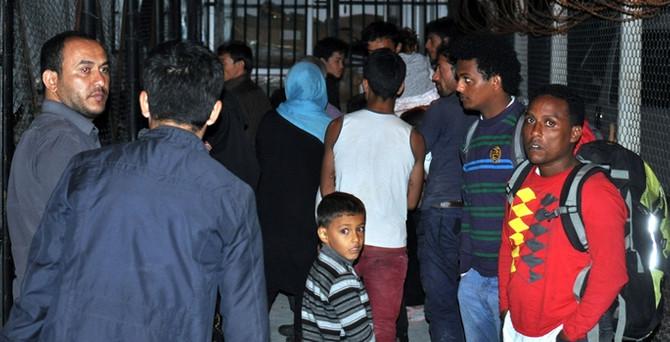Botları sürüklenen kaçaklar kurtarıldı