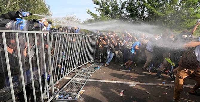 Macar polisi sığınmacılara müdahale etti