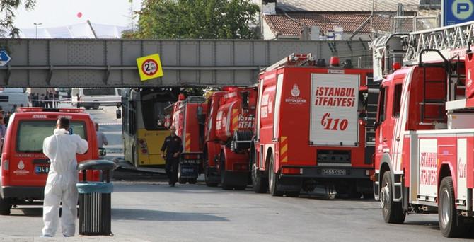 Üst geçide çarpan otobüsün yakıt deposu patladı