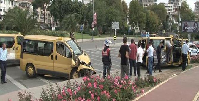 Kadıköy'de dolmuşlar çarpıştı: 3 yaralı
