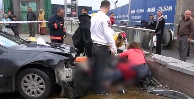 Otomobil metro durağına daldı: 2 ölü