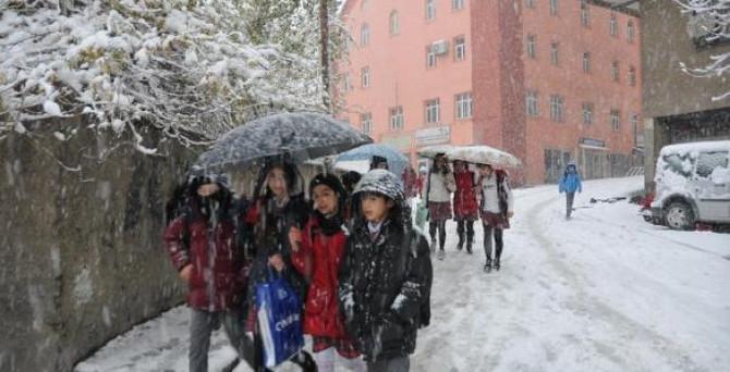 Doğu'da 696 köy yolu kardan kapalı