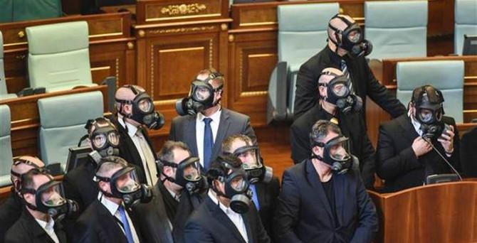 Kosovalı vekiller bu kez hazırlıklı geldi