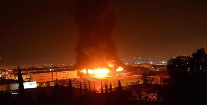 Fabrikada yangın söndürülemedi