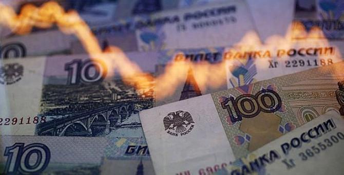 Ruble yılın en düşüğünde