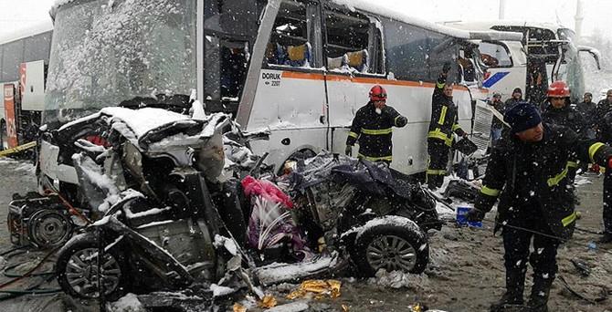 TEM'de zincirleme kaza: 1 ölü, 20 yaralı