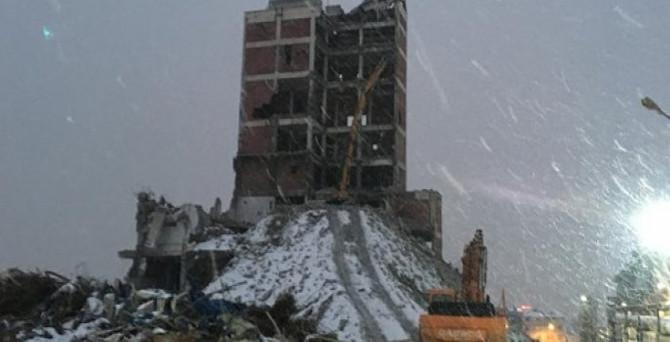 Yıkım yapılan bina çöktü: 1 ölü
