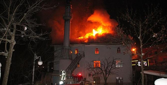 Sakarya'da cami alev alev yandı