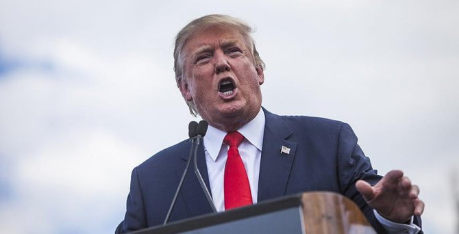 Trump'ın mitinginde başörtülü kadın salondan çıkarıldı
