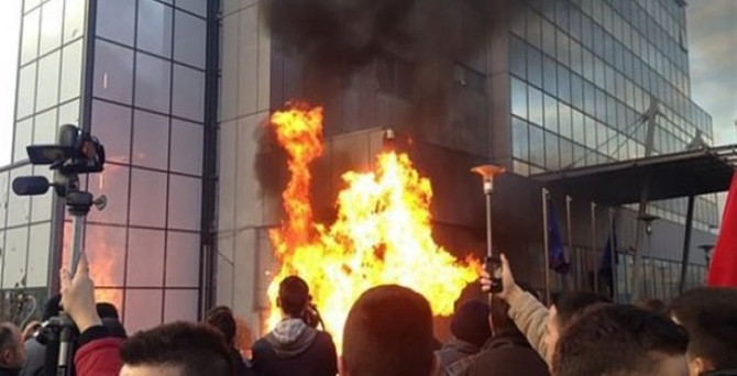 Hükümet binasına molotoflu saldırı