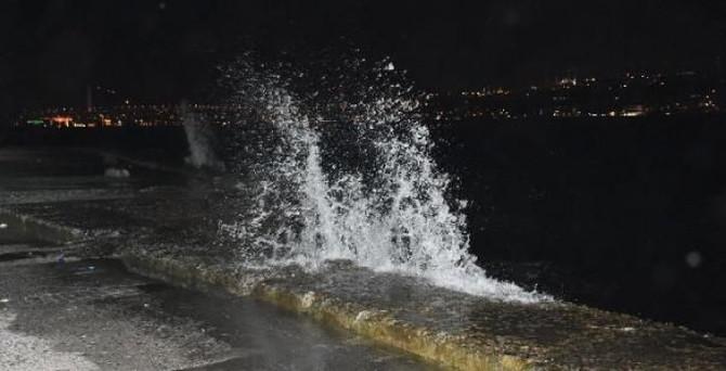 Lodos hava ve deniz ulaşımını vurdu
