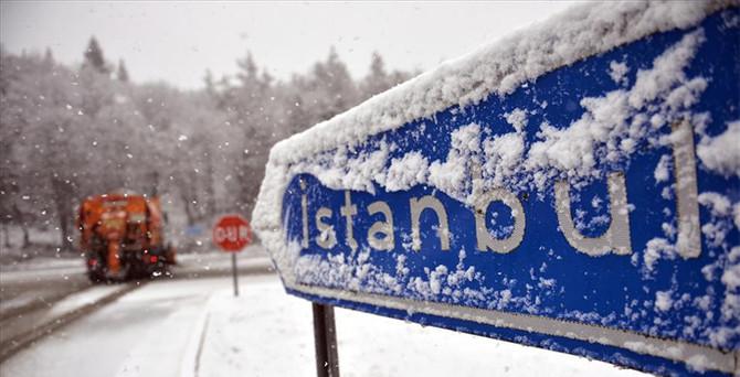 İstanbul'da kar başladı, okullar tatil!