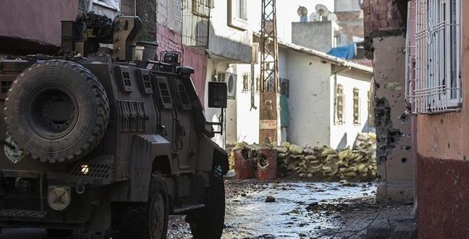 Sur'da 2 polis yaralandı