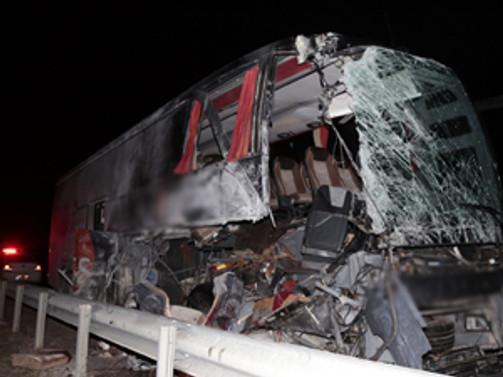 Yolcu otobüsü TIR'a çarptı: 14 yaralı