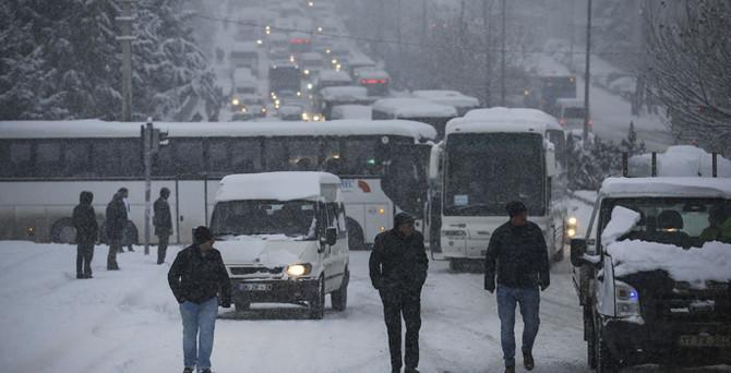 Başkent beyaza büründü, okullar tatil edildi