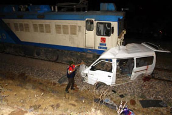 Eskişehir'de trenle otomobil çarpıştı
