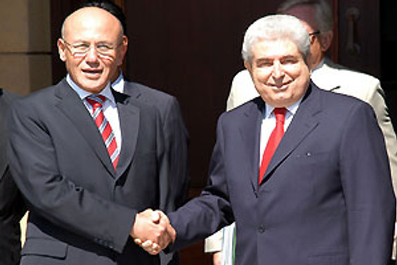 Talat ve Hristofyas toprak konusunu görüşüyor
